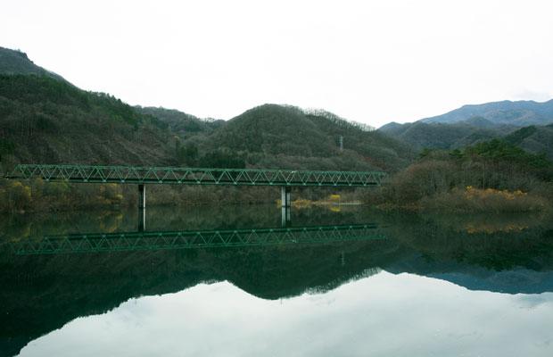 鉄橋の架かるダム湖は、撮影スポットとしても人気。