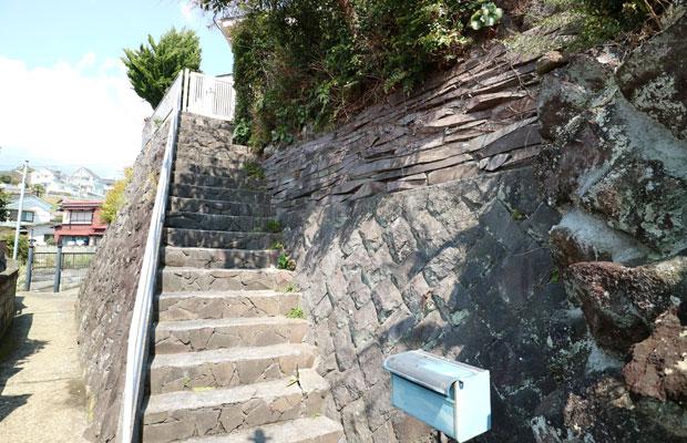 石材業を営んでいた家の石垣。さまざまな石の積み方が試されており、生きた教科書のよう。