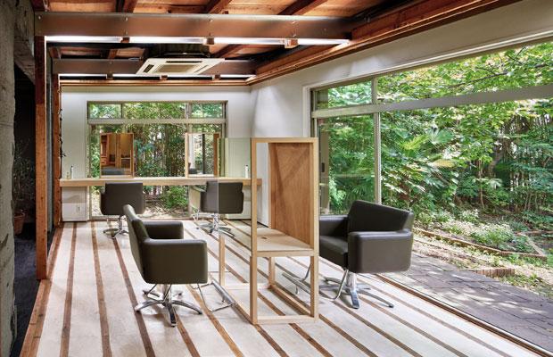 CASACOと同じ東ヶ丘で2作目の〈WAEN dining & hairsalon〉。大きな庭がある環境を生かしている。