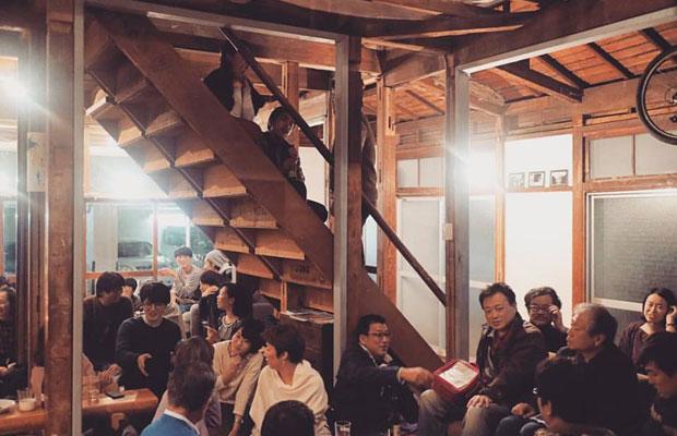 スナックtomito「三浦展によるQUESTION 66-73」には総勢40名近くの人が集まった。
