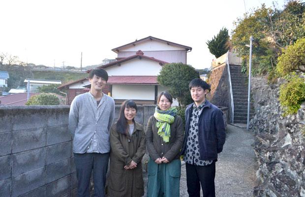 左から真鶴出版の川口瞬さんと來住友美さん、トミトアーキテクチャの冨永美保、伊藤孝仁。プロジェクトのスタートを記念し、改修する空き家の前で。