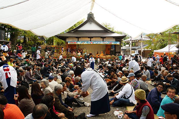 大勢の観衆が集まった舞台。