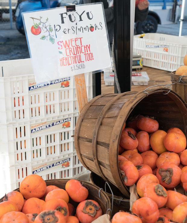 日本の冬柿が人気で、いろんなところで見かけました。