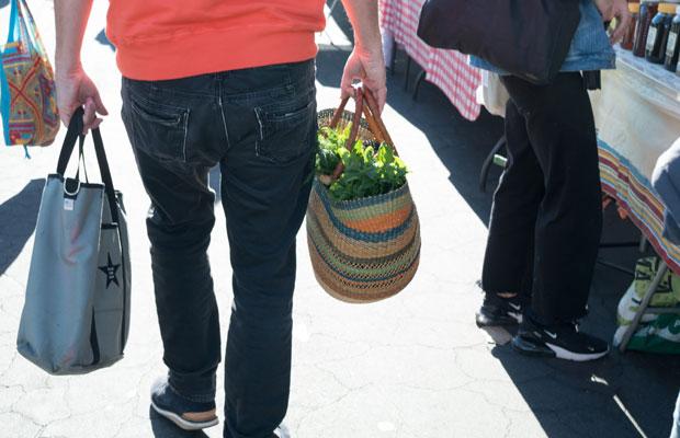 すてきなマイかごバッグ。野菜をたくさん入れて。