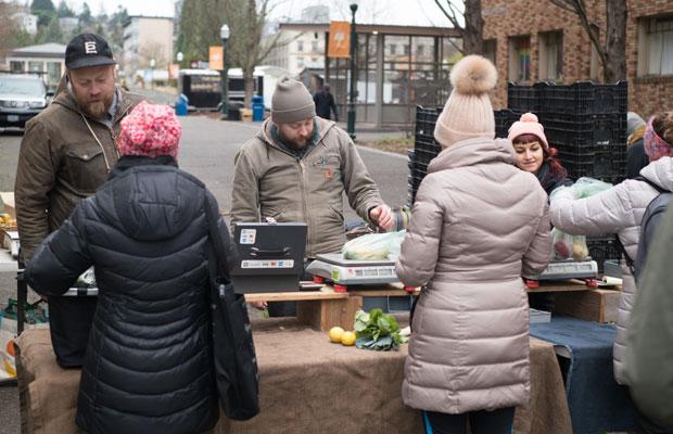 野菜はほとんどが量り売り。