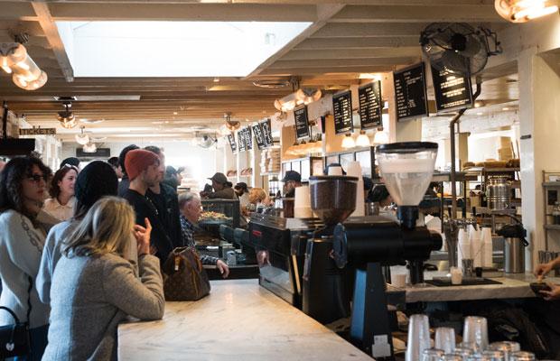 ロサンゼルスにあるベーカリーカフェ〈Gjusta〉。とにかくお店の活気がすごかった。次から次へとお客さんが来て、どんどん注文されて、食べものが運ばれて。
