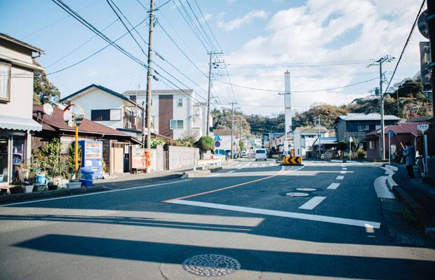 〈邦栄堂製麺〉は鎌倉・大町エリアの外れにある。鎌倉駅からは徒歩20分程度、車を数分走らせれば、すぐに隣の逗子市に入る場所だ。