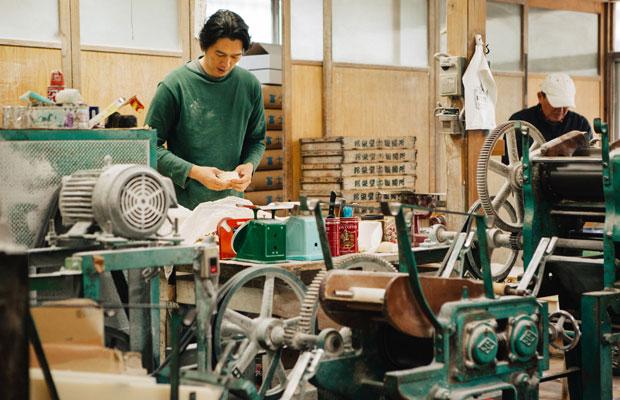 関さんが中心に回している製麺所だが、アルバイトスタッフも入れると従業員はおよそ10人。お父さんも週1日はサポートしてくれているという。