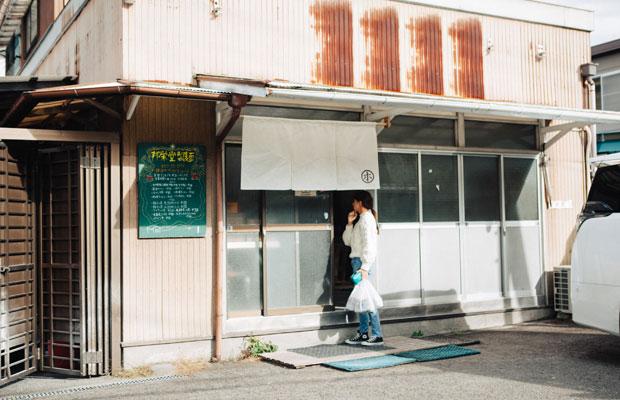 取材中も多くの人たちが製麺所を訪れていた。最近は近隣住民だけでなく、遠方から来客も増えているという。
