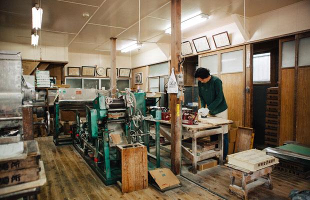 邦栄堂製麺ではおよそ40年間、同じ機械を使い続けている。「ずっと同じ機械、製法だからこそ、発信の方法などは時代に合わせて考えていきたい」と関さん。