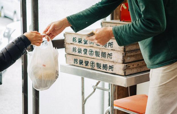 邦栄堂製麺では中華麺1人前から購入できるため、近隣住民も気軽に利用している。