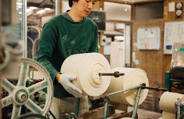 製麺所が稼働し始めるのは早朝6時頃。8時半頃までに麺づくりを終えて配達に向かい、工場に戻ってきてから餃子の皮づくりを始める。