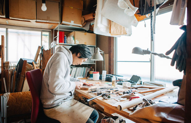 製麺所の2階が家具制作のためのアトリエになっている。製麺所が休みの日や、仕事を終えたあとの時間を制作にあてることが多いという。