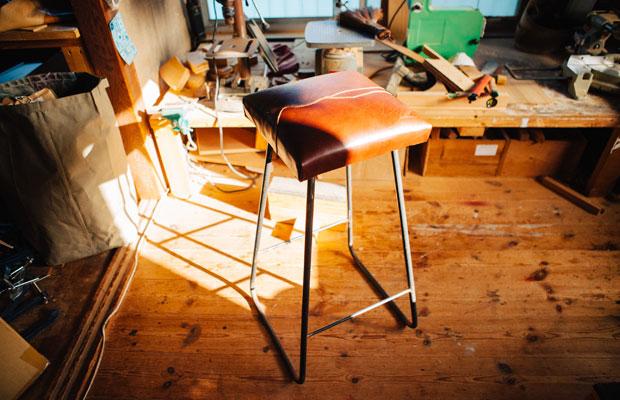 定番商品のスツール。現在関さんが手がける家具のほとんどは、オーダーを受けてから製作する一点物だ。