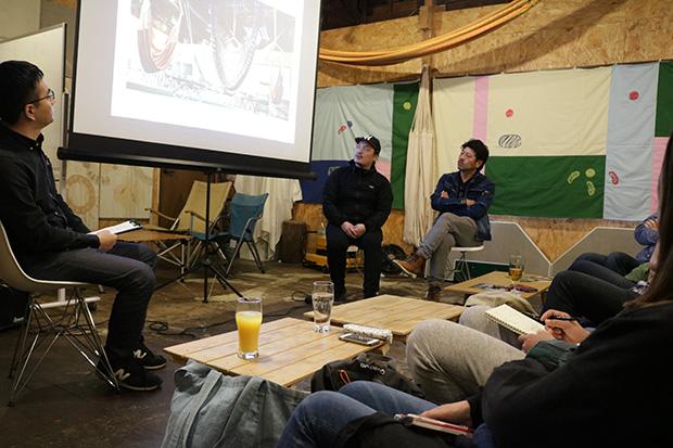 三鷹の〈Cafe Hammock〉で開催された上映会では『モバイルハウスのつくりかた』が上映されていた。〈Cafe Hammock〉オーナーの小長谷有さんと地元でリノベーションなどを手がける〈空間工房〉の白石尚登さんをゲストに迎えたトークショーも行われていた。(写真提供:popcorn)