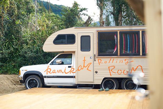 〈RISE & WIN〉の裏にはトレーラーを設置し、これから宿泊にも対応するという。取材時は屋外にバスタブの設置工事をしていた。