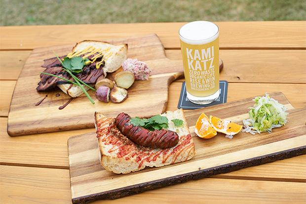 上勝の野菜や鹿肉、豚肉を練り込んだ自家製ホットドッグのプレートと、ビーフブリスケットサンドプレート。