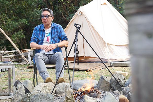 火をおこしながらインタビューに答えてくれた代表の田中達也さん。