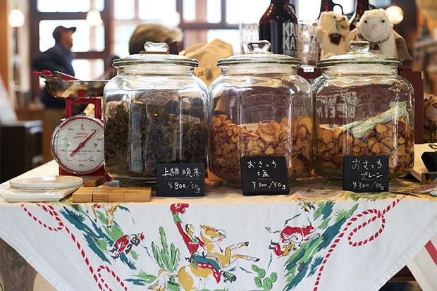 〈上勝百貨店〉時代の名残でもある上勝晩茶と鳴門金時のチップス〈おさっち〉の量り売り。