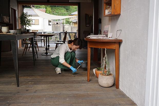 床修繕をする藤野店長の姿に空間への思いやりを感じた。