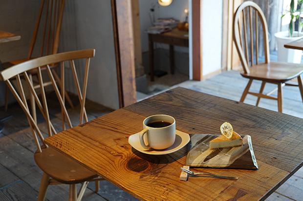 力強い味わいの〈音信ブレンド〉にゴルゴンゾーラのチーズケーキがよく合う。