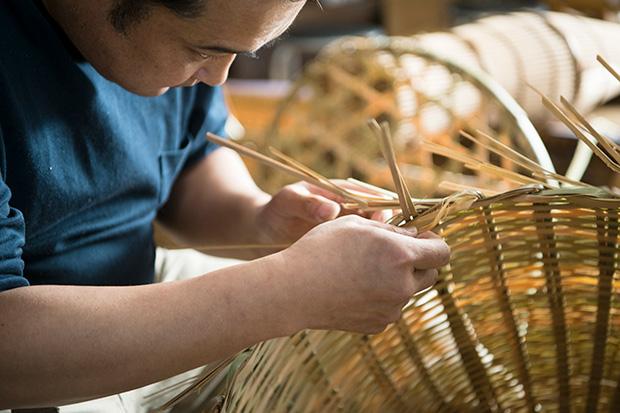 竹を編む佐々木さん。