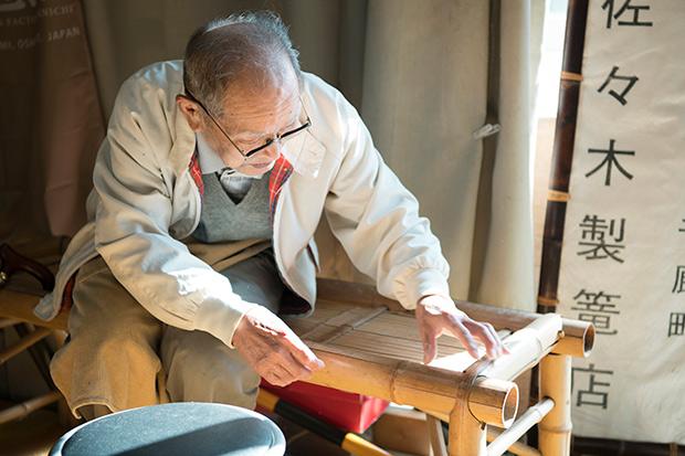 伍介さんが約20年前につくったという竹製の椅子。「竹が割れてしまったのは、まだまだ勉強が足りないんだな」と笑う。毎日竹に向き合ってきたからこそ見えるなにかが、きっと伍介さんにはあるのだ。