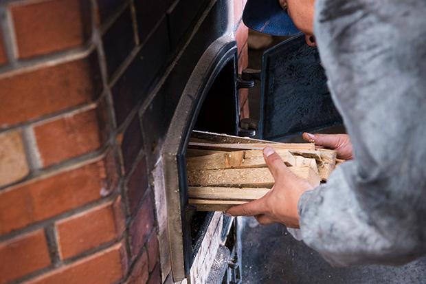 焙煎は薪で行う。油の味わいの特性に合わせて火の入れ方を変えるというこだわり。