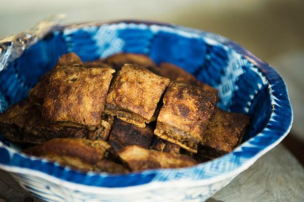 小野寺さんがふるまってくれた、「油焼き」という菜種油をたっぷり使った昔ながらのおやつ。牛乳や卵は不使用。黒糖のやさしい甘さとコクが、やみつきになりそうな味。