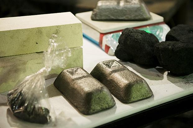 原料となる鉄塊、コークスなど。これらを一緒にキュープラという溶解炉に入れ、鉄を溶かしていく。