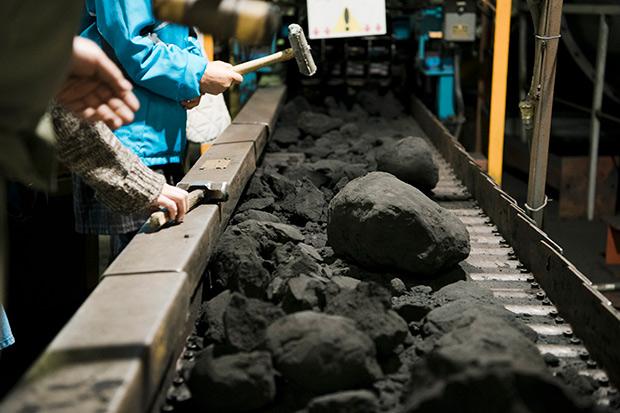 鉄器を砂の中から取り出す作業の疑似体験もできる。
