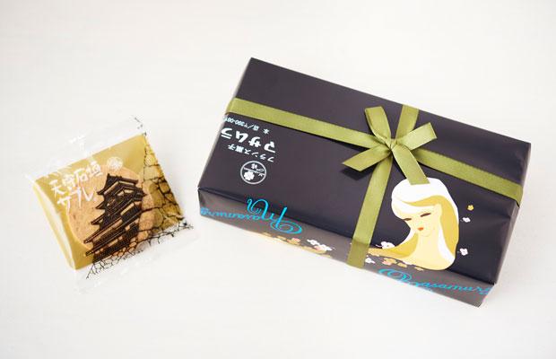 このハイカラな包装紙を開けたら松本城が出てくるのが意外!