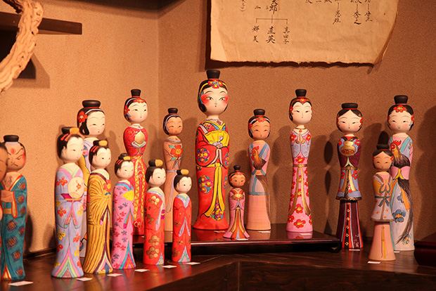 英太郎さんがつくる木地人形。高いものは120万円を超えるものもあるのだそう。