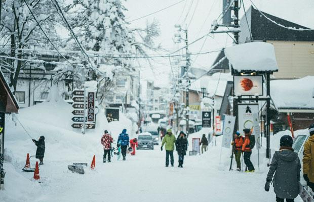 赤倉温泉の中心街は、スキーを楽しむ訪日外国人も多く見受けらます。
