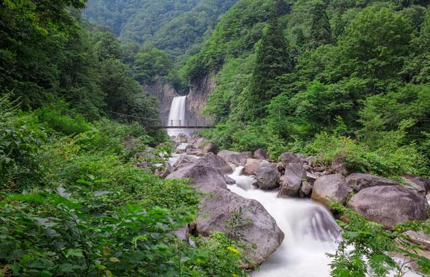 春の苗名滝は一見の価値あり。