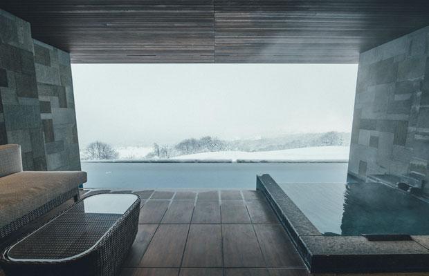 雄大な自然を眺められる、部屋の露天風呂へ。