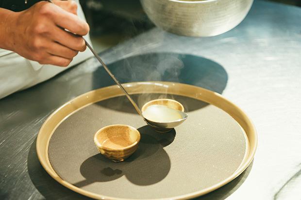 〈むらんごっつぉ〉のキッチンツアーでは、料理の基本となる温泉水を使った出汁をいただきます。