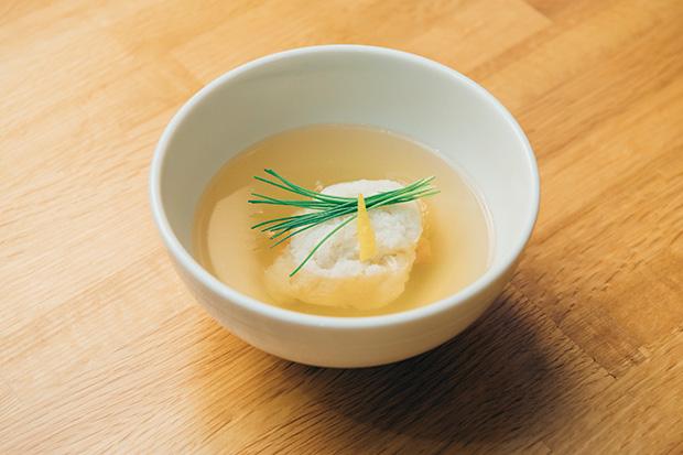 〈日本海天然鮮魚かぶら蒸し〉。かぶらがほんのり舞うことで雪国の冬支度、初雪をイメージしている。出汁はもちろん温泉水で。昆布や鰹の旨みをより引き出しています。