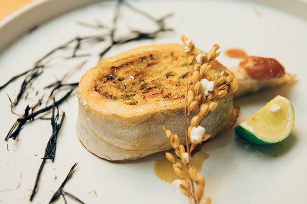 豆腐と野菜と卵を使い、魚で包み込んだ〈太刀魚のけんちん焼き〉と〈焼き里芋の味噌かけ〉は、魚沼の田んぼをイメージしたお皿に乗せて。