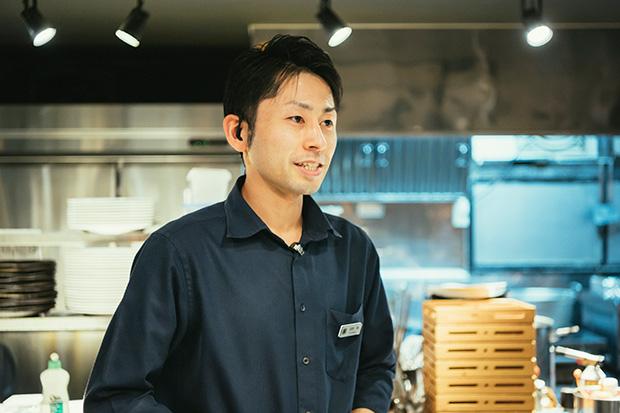 フロアマネージャーの萩野 翔さん。