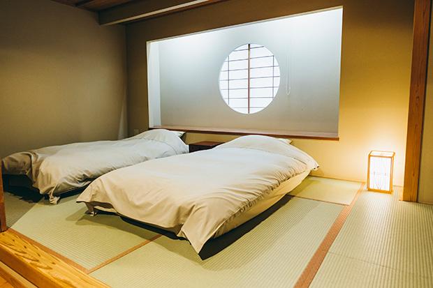 露天風呂の間〈雅 MIYABI〉。窓1枚で隔てた露天風呂は24時間、源泉かけ流しの温泉が楽しめます。2名1室22500円〜。