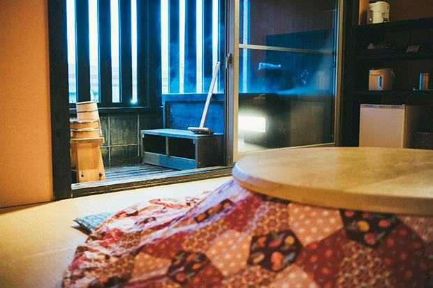 和室露天の間〈駿SHUN〉。冬になると丸いこたつが置かれます。2名1室19200円〜
