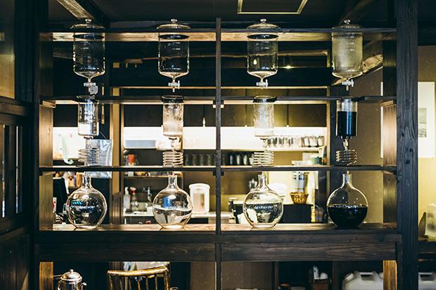 喫茶室〈水屋〉の温泉水を使った温泉珈琲は、ホットはドリップで、アイスは8時間かけて抽出した水出しで。〈湯沢るうろ〉とセットでいただくのも◎。