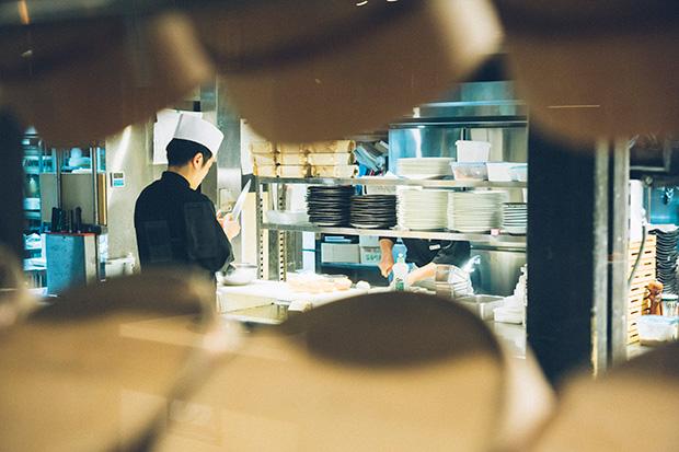 〈むらんごっつぉ〉の厨房の様子。