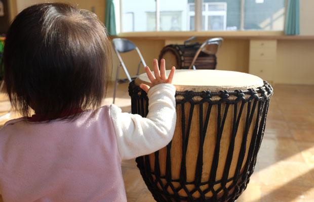ワークショップでは、小さな子どもも、リズムに合わせて手を動かす。