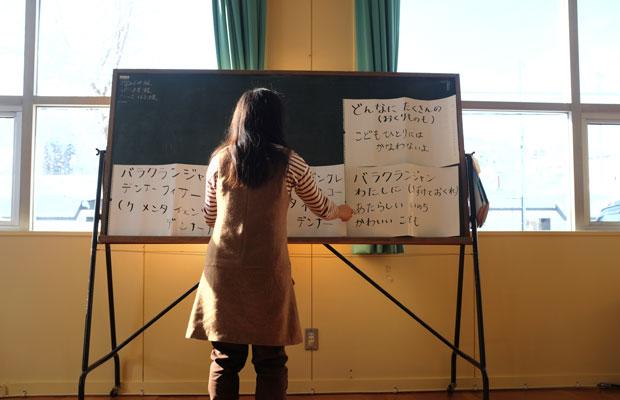 「どんなにたくさんのおくりものもこどもひとりにはかなわないよ」。「バラクランジャン」の歌は日本語にも訳されている。