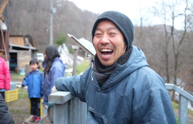 岡林利樹さん。「雪が降る前に風呂場になる小屋をつくらなくちゃ」と笑顔。