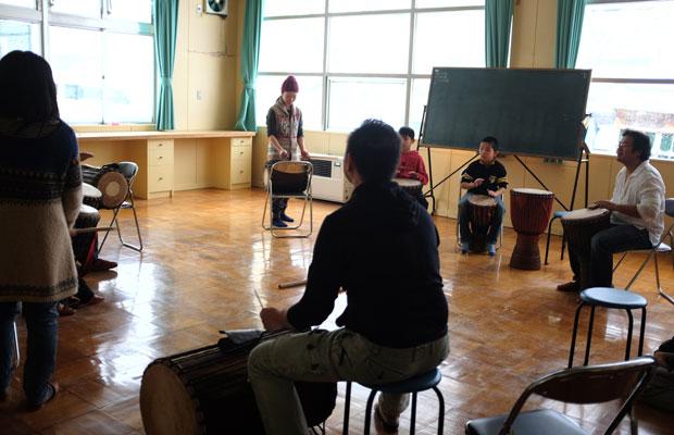 ワークショップの様子。近所の子どもも参加。札幌からライブ仲間が訪ねてきたこともあったという。