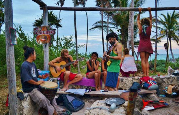 カリブ海沿いのキャンプ場で仲良くなった現地ミュージシャンと、夜のライブへ向けてリハーサルをしている様子。