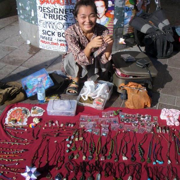 ヘルシンキでマクラメ編みでつくった石のアクセサリーを売る藍さん。